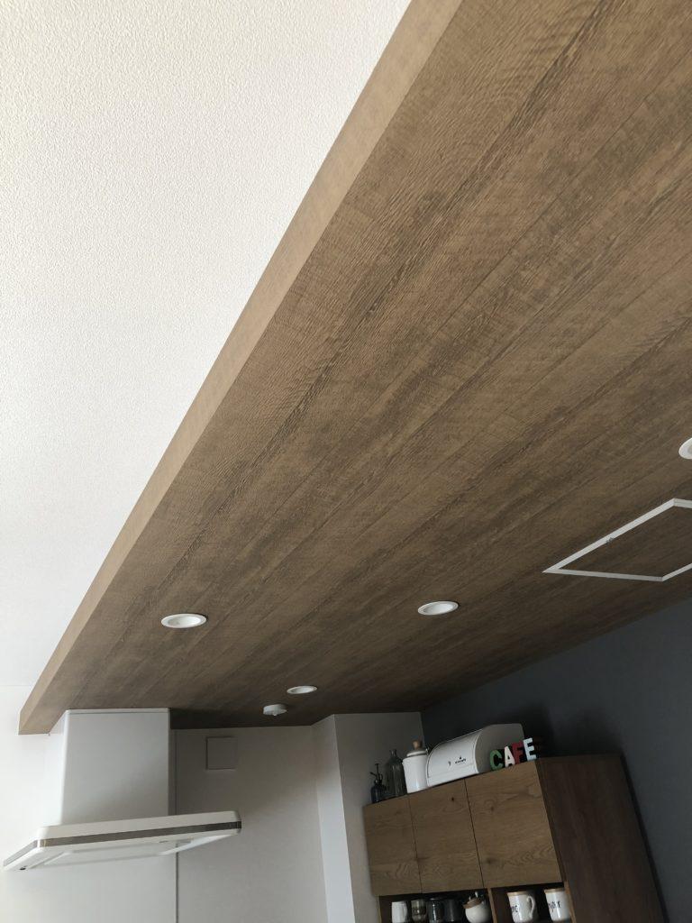 キッチン 天井 クロス 間接照明