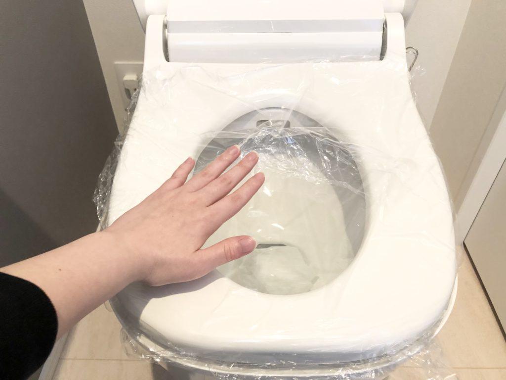 トイレ詰まり ラップを押す