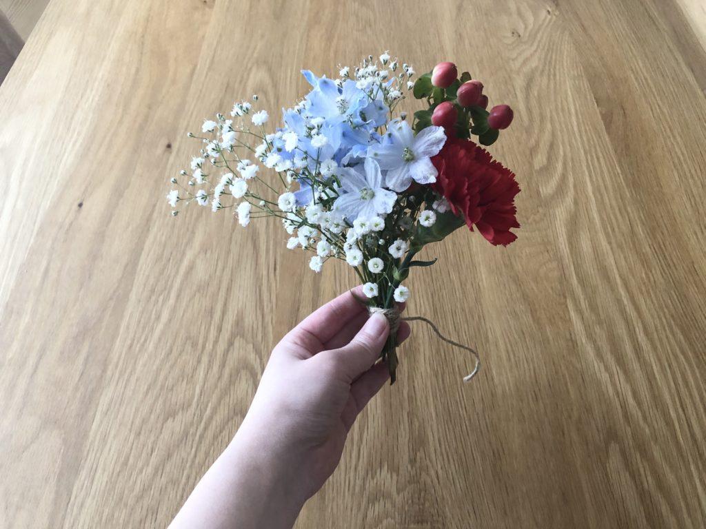 生花を紐で巻き付ける