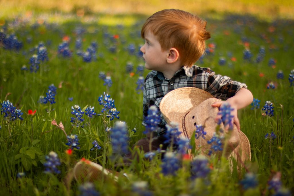 花に囲まれた男の子